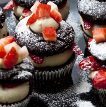 Vegan Double Dark Chocolate Cupcakes con fragole